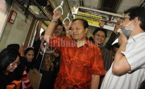 Hidayat Nur Wahid Naik Kereta Listrik - Tribunnews