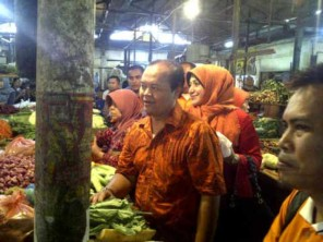 Hidayat dan Diana Belanja di Pasar