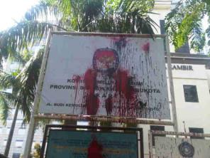 Papan Nama KPUD DKI Jakarta dilempari Cat oleh Demonstran
