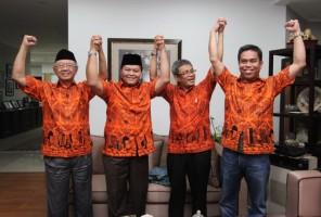 Pasangan Hidayat+Didik foto bersama dengan Pembina FOPPI Sholahuddin Wahid dan Penasihat FOPPI Irfan Melayu (Paling Kanan)