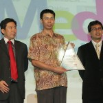 Hendri Kartono Manajer Marketing Support Yamaha Indonesia (tengah) menerima penghargaan Social Media Achievement Award