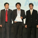 Indra Dwi Sunda PR Corporate&Communication Head Yamaha Indonesia(tengah) menerima penghargaan Social Media Achievement Award)