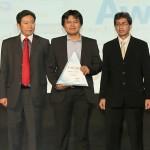Indra Dwi Sunda PR Corporate&Communication Head Yamaha Indonesia(tengah) menerima penghargaan Social Media Achievement Award)