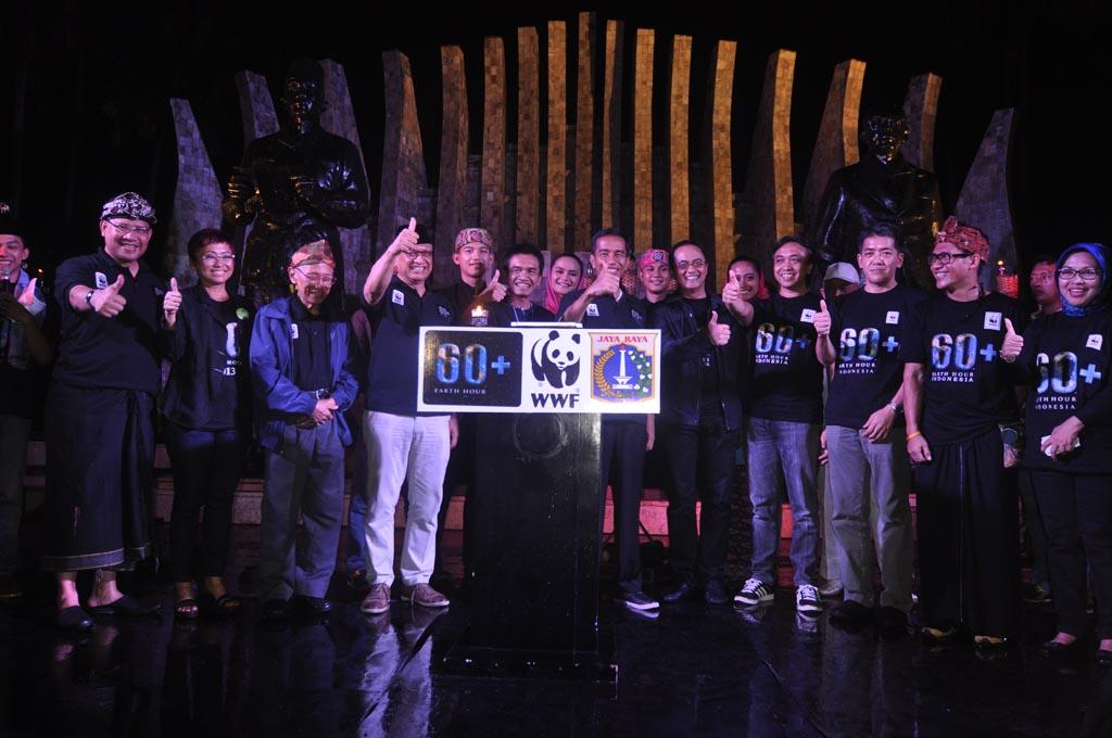 Lari Maraton Malam pada Peringatan Earth Hour 2015
