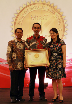 Head of Corporate Communication AHM, Kristanto menerima penghargaan Choice Brand Award 2013 di The Hall Senayan City, Jakarta (29/8). (Foto: AHM Honda)