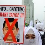 Seorang wanita peserta aksi memegang poster Gantung Hary Tanoe di Bundaran Hotel Indonesia, Jakarta (6/9). (Foto: Fajrul Islam/SJ)