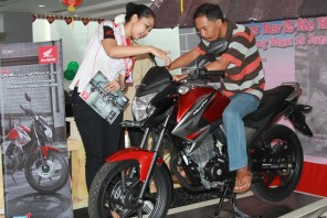"Karyawan dealer Honda menjelaskan spesifikasi New Honda MegaPro FI kepada konsumen. AHM mengadakan program ""Honda Road to MotoGP 2014"" sebagai bentuk apreasiasi perusahaan terhadap masyarakat yang telah berjasa mengantarkan perusahaan mencatatkan pertumbuhan penjualan motor sport tertinggi sepanjang kuartal I/2014."