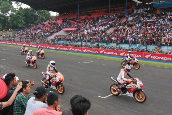 Jumpai Fans di Sentul, Marc Marquez dan Dani Pedrosa Pacu Honda RCV dan Honda CBR150R