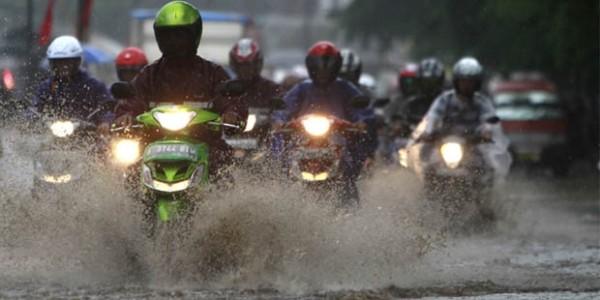 Ingin Tetap Nyaman Berkendara Kala Hujan? Ini Tips-nya