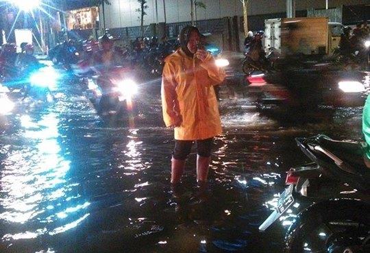 Ini Foto Walikota Surabaya Kerja Keras Tangani Banjir di Tengah Malam