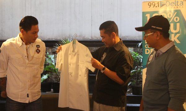 Bantu Korban Gempa Nepal, Chef Juna Lelang Baju