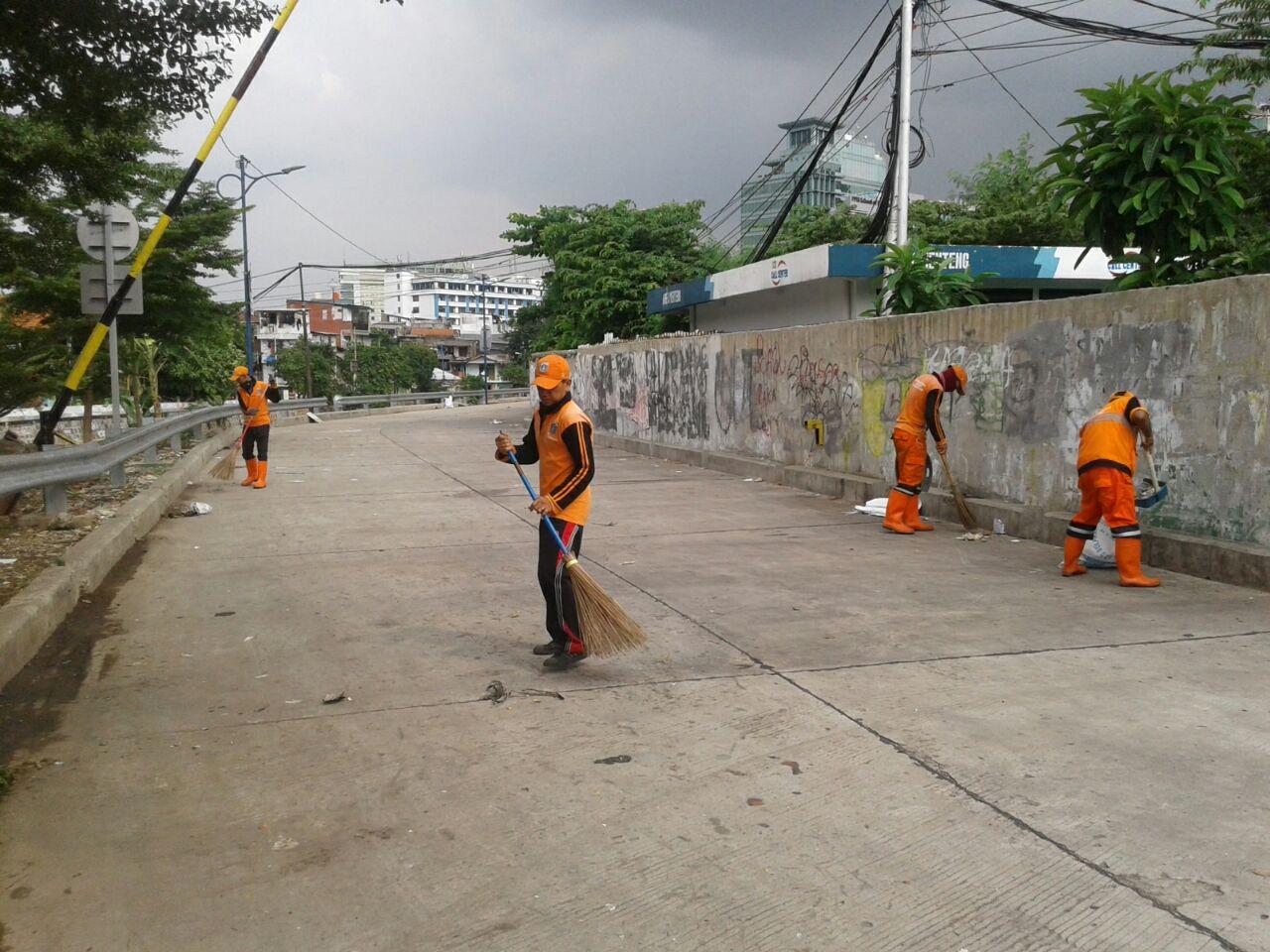 Petugas PPSU Kesal Tembok Jalan Inspeksi Kali Ciliwung Kebon Sirih Penuh Coretan