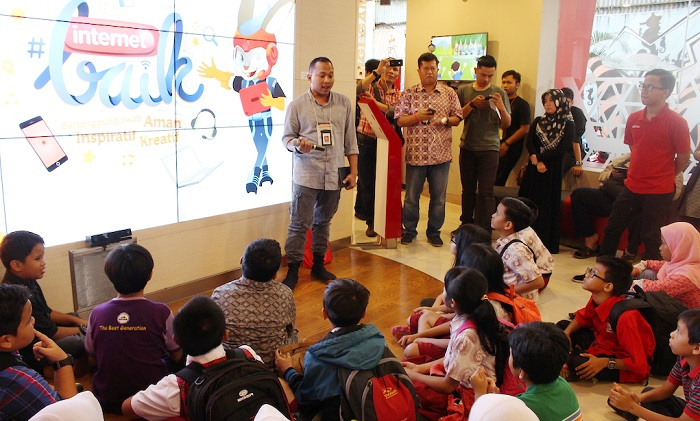 Telkomsel Edukasi #internetBAIK di Indonesia Cyberkids Camp 2016