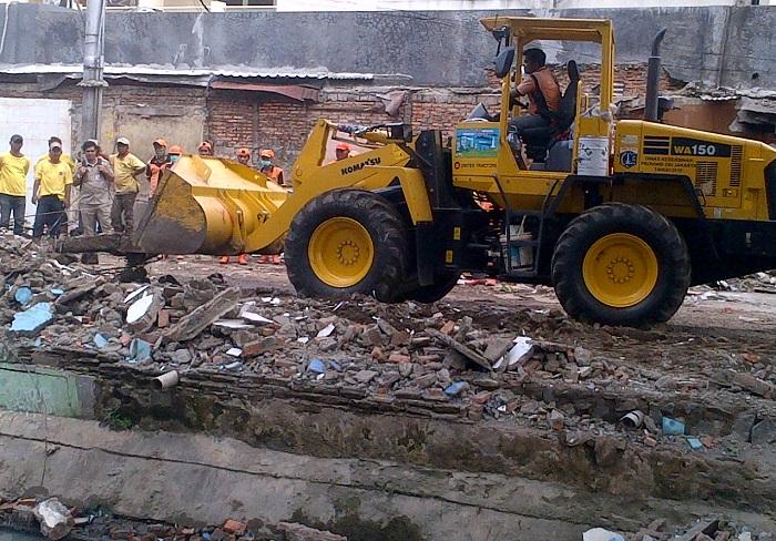 Petugas Sudinsih Jakarta Pusat Bersihkan 230 Meter Kubik Bekas Bangunan Pedagang Pasar Nangka