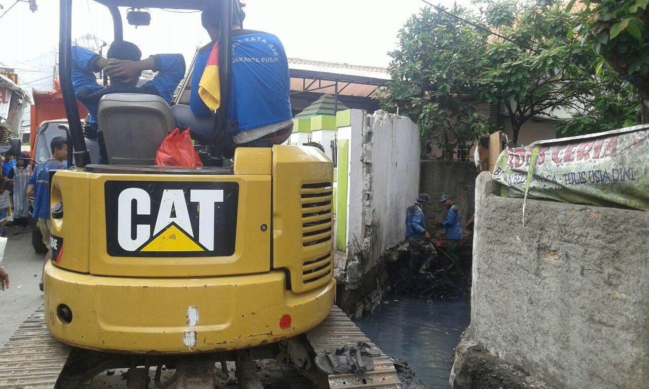 300 Personil Gabungan Bersihkan Lumpur di Saluran PHB Taruna Jaya
