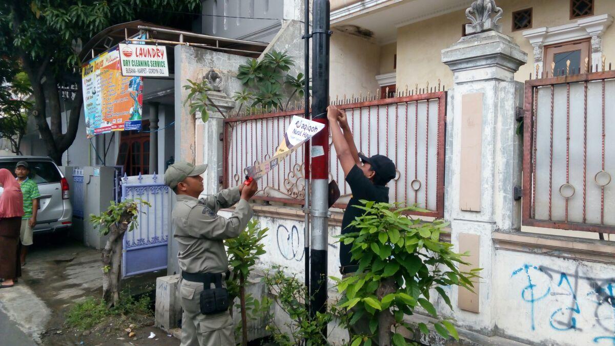 Satpol PP Bersihkan Baner Yang Nempel Di Tiang Dan Tembok