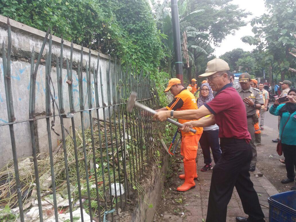 Puluhan Petugas Gabungan Gelar Bersih-Bersih Lingkungan Cikini