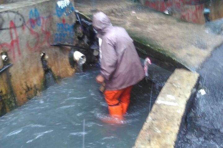 Pembersihan Saluran Air Untuk Lancarkan Aliran
