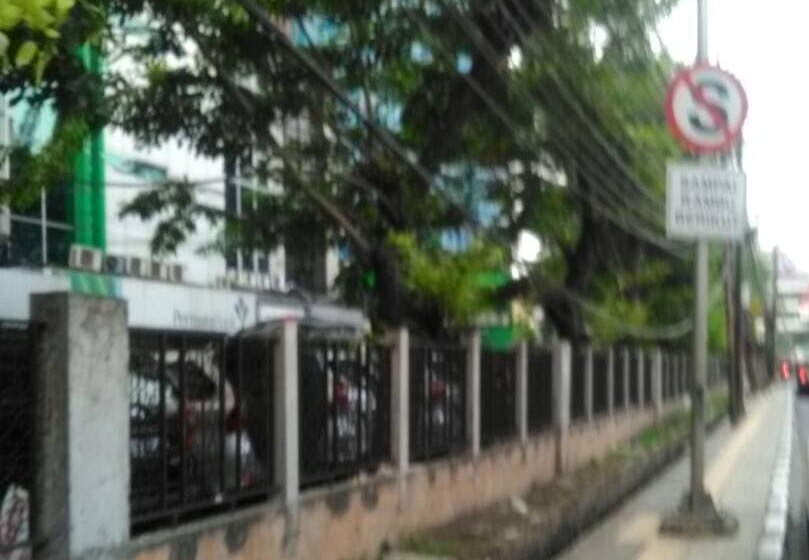 Kabel Menjuntai di Trotoar Jalan Suryapranoto Tak Kunjung Diperbaiki