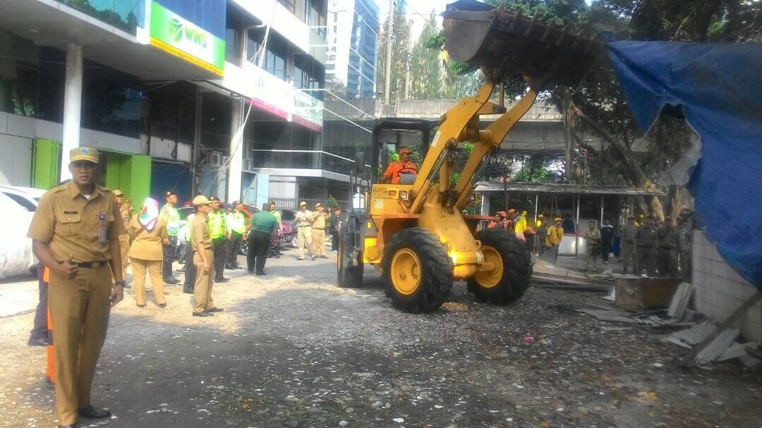 Tujuh Bangunan Semi Permanen Dibongkar Petugas