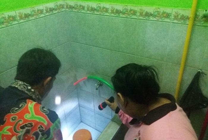 Kader Jumantik Cek Setiap Rumah Warga Sebagai Bentuk Meningkatkan Kesadaran Bahaya DBD