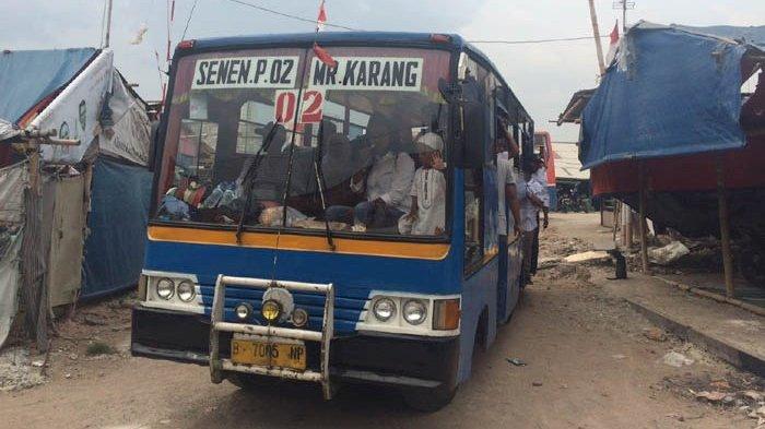 Naik Metro Mini, Warga Kampung Aquarium Saksikan Pelantikan Pemimpin Jakarta