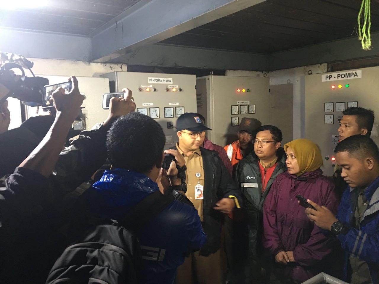 Banjir Setinggi Satu Meter di Dukuh Atas, Anies Blusukan Pantau Pompa Air