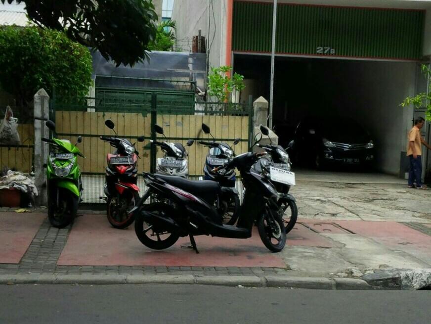 Pedestrian dan Bahu Jalan Batu Tulis Jadi Lapak dan Parkir