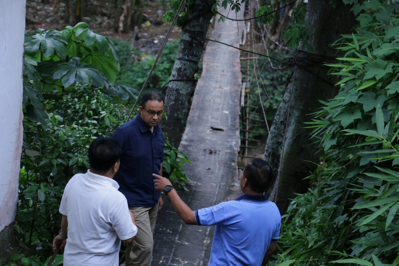 Mirisnya Kondisi Jembatan Gantung di Srengseng Sawah, Cek Di Sini Foto-Fotonya!