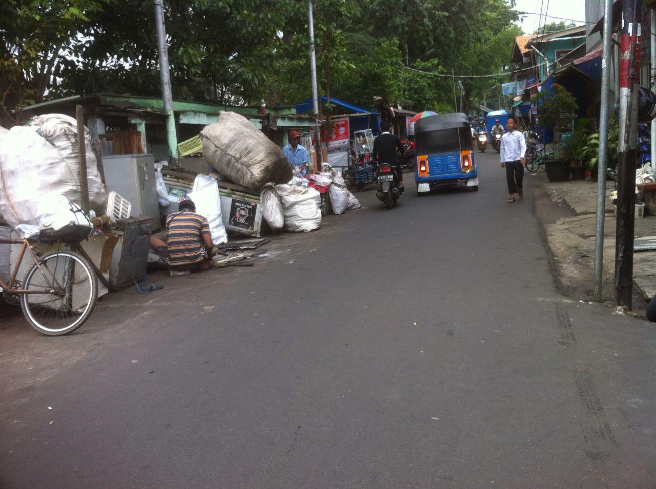 Penghijauan Bantaran Kali Sentiong, Jalan Baladewa Kiri Tanah Tinggi Semrawut