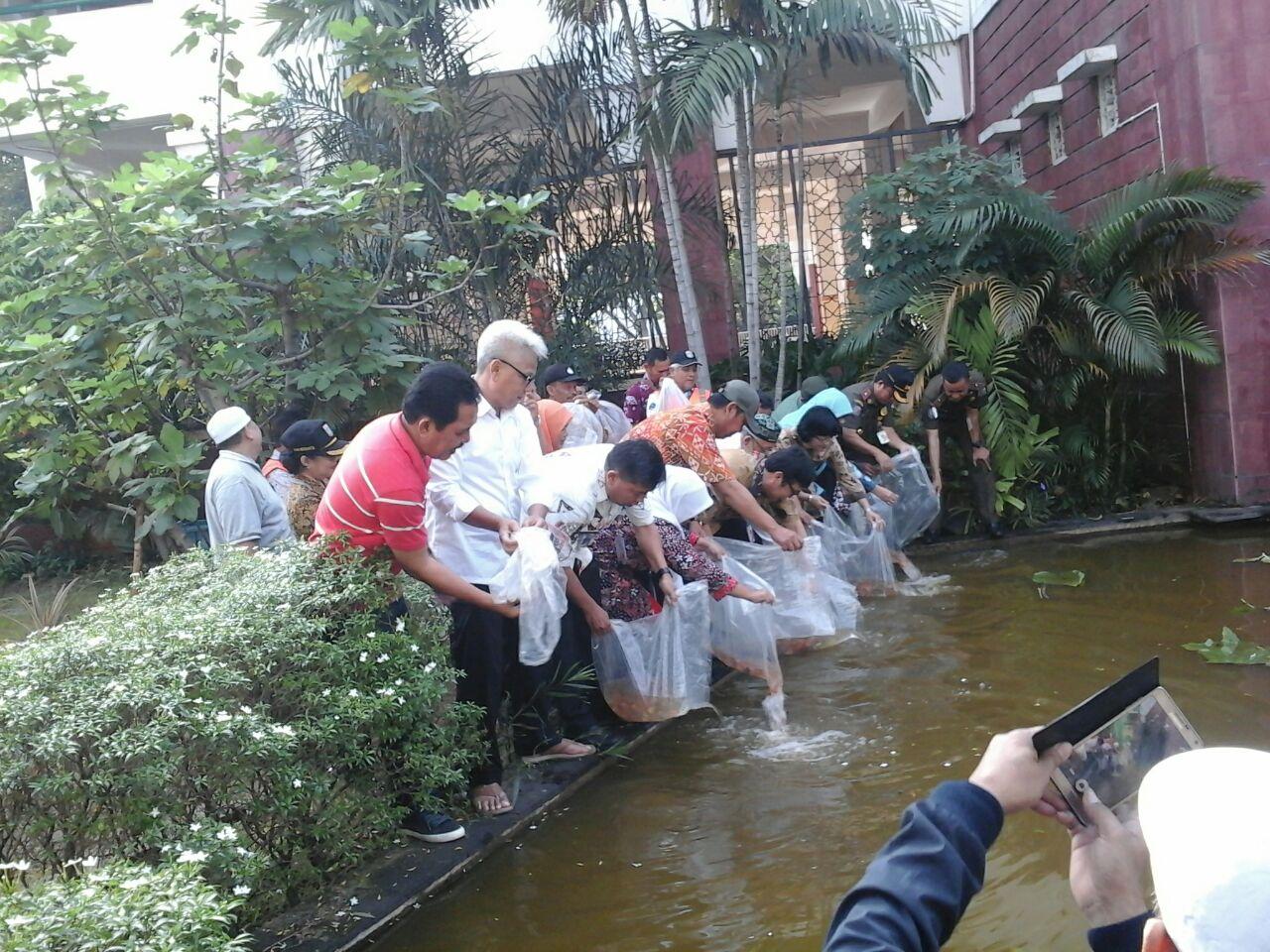 25 Ribu Benih Ikan Disebar di Kolam Masjid Akbar Kemayoran, Yuk Dipancing