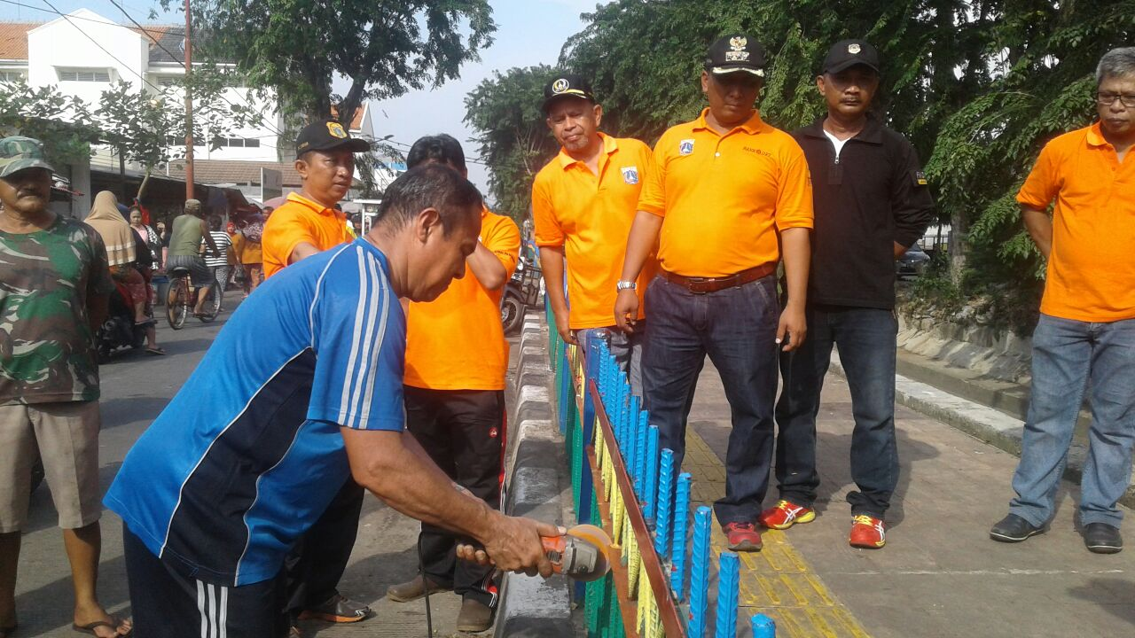 Grebek Sampah, Aparat Pemkot Jakpus, Warga dan Pedagang Kompak Bersihkan Saluran PHB Kalibaru Kemayoran