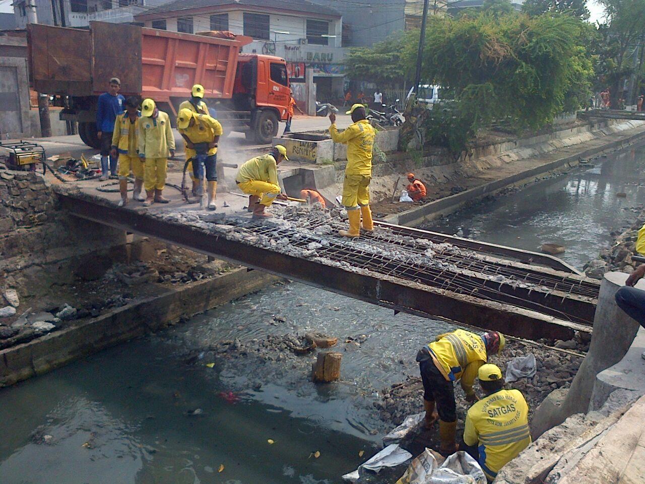 Dua Jembatan di Kalibaru Diperbaiki Bina Marga Jakpus Saat Grebek Sampah