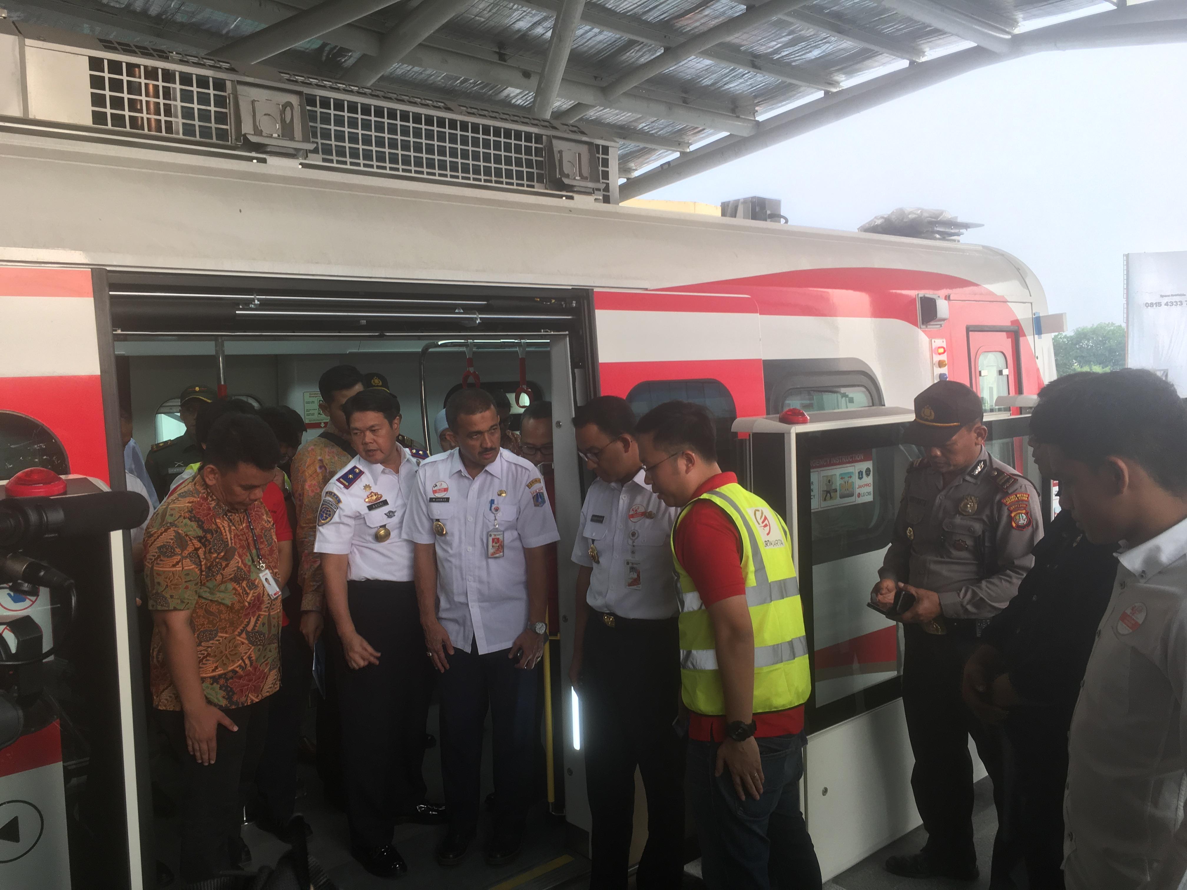 Tinjau Pelaksanaan Operasi, Anies Soroti Ada Jeda antara Gerbong dan Peron LRT Jakarta