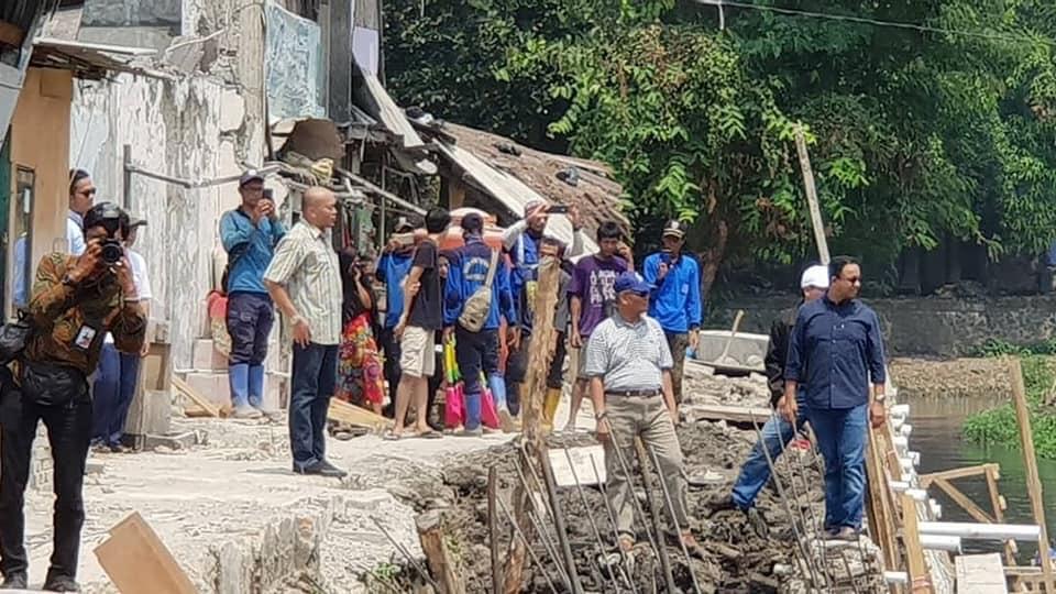 Blusukan, Gubernur Anies Cek Rumah Terdampak Longsor di Pademangan Jakarta Utara