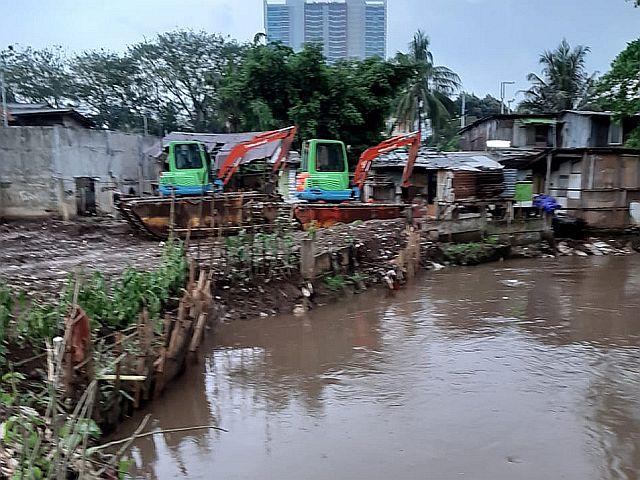 Hadapi Musim Hujan, Kali Krukut Dikeruk Satu Meter