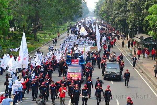 Ribuan Massa Buruh Berunjuk Rasa di Depan Istana Negara