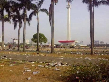 """Unit Pengelola Monas Sayangkan Sikap Pengunjung """"Konser 3 Jari"""" Buang Sampah Sembarangan"""