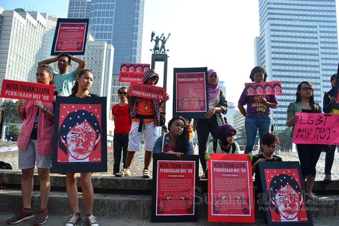 Kampanye mendukung LGBT (Lesbian, Gay, Biseksual, dan Transgender) di Bundaran Hotel Indonesia, Jakarta (18/5). (Foto: Fajrul Islam)
