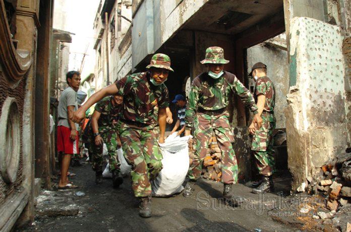 Kerja Bakti Membersihkan Sampah Kebakaran. (Foto: Ujang Komar/SuaraJakarta)
