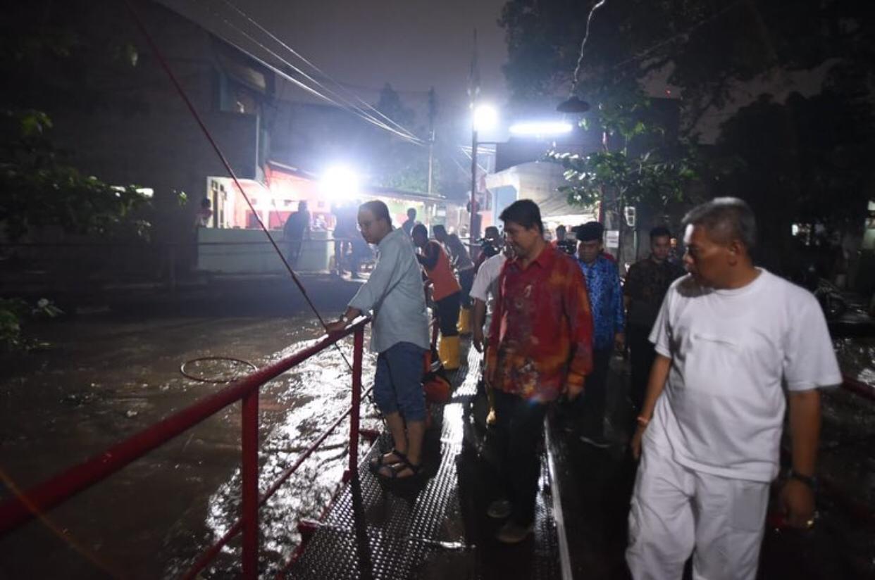 Blusukan di Cipinang Melayu Malam Ini, Gubernur Anies: Pembangunan Tanggul Berhenti Sejak 2014